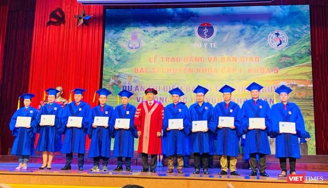 PGS.TS. Đoàn Quốc Hưng – Phó Hiệu trưởng Trường Đại học Y Hà Nội trao Bằng cho các bác sĩ tình nguyện