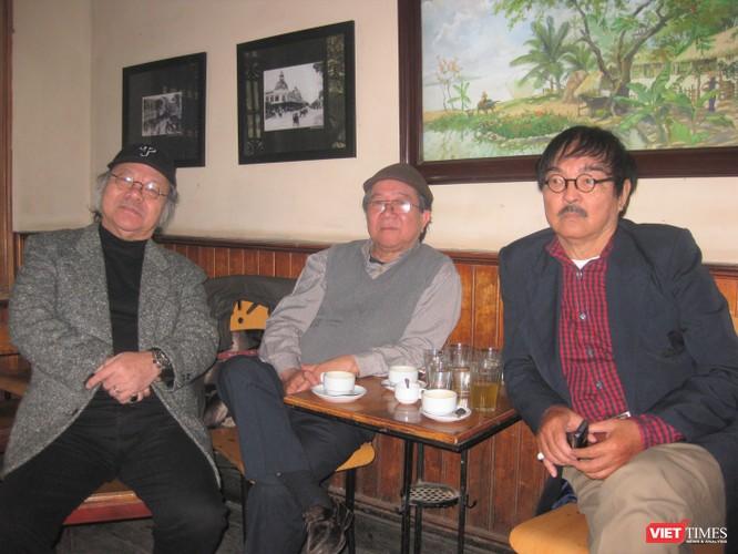 NSND Thế Anh (ngoài cùng bên phải) cùng NSND Đoàn Dũng và NSND Doãn Châu