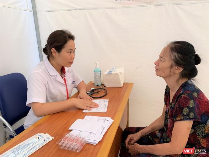 Trường Đại học Y Hà Nội: Khám bệnh và phát thuốc miễn phí cho hơn 100 người cao tuổi ảnh 2