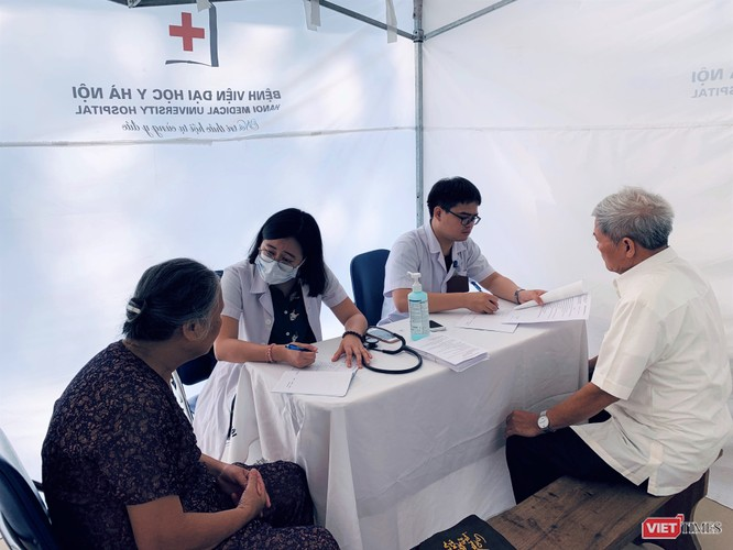Trường Đại học Y Hà Nội: Khám bệnh và phát thuốc miễn phí cho hơn 100 người cao tuổi ảnh 3