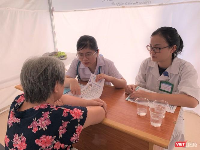 Các chuyên gia của trường Đại học Y Hà Nội khám bệnh cho người cao tuổi
