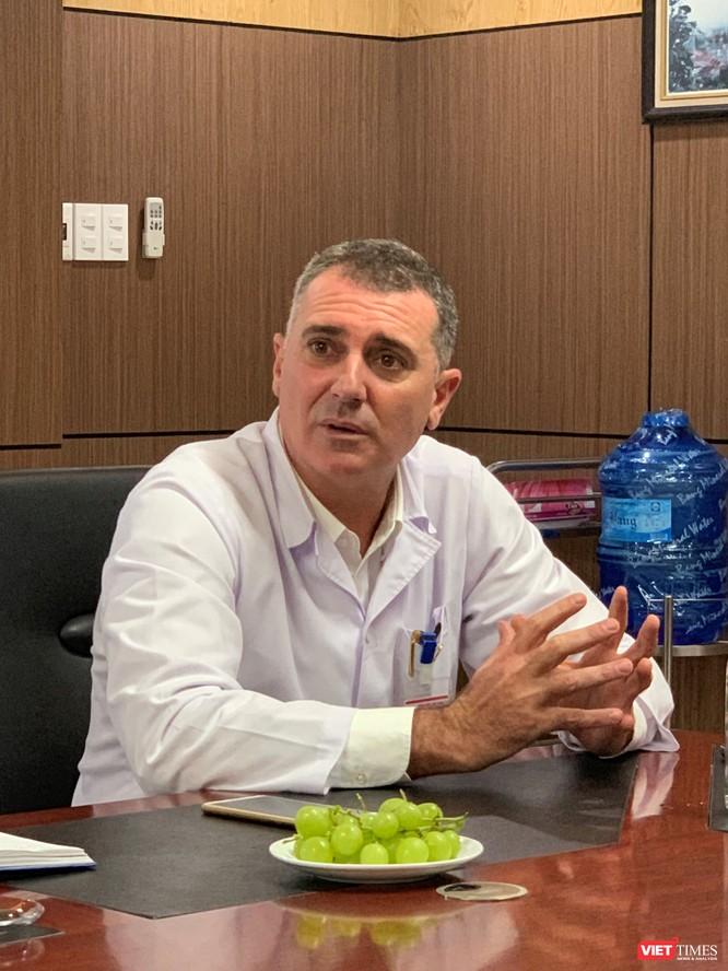 GS. Piter Martinez Beniter - Trưởng nhóm chuyên gia công tác tại BV - trao đổi với báo chí