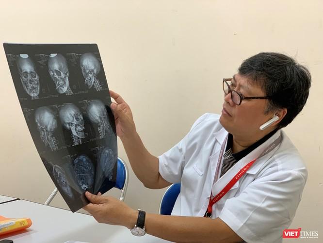 PGS.TS Nguyễn Đức Chính - Trưởng khoa Phẫu thuật nhiễm khuẩn trao đổi về tình trạng bệnh của bệnh nhân