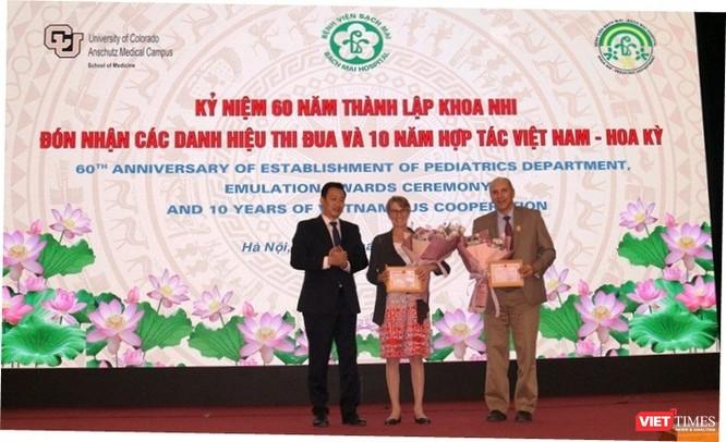 Tặng thưởng cho các chuyên gia Mỹ có nhiều thành tích trong hợp tác với Khoa Nhi