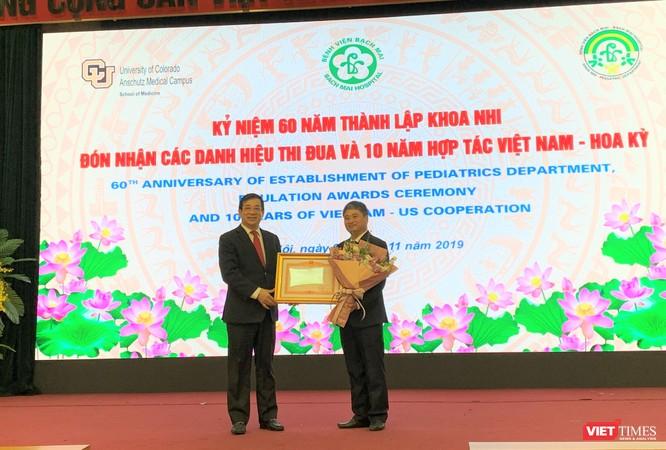 PGS.TS Lương Ngọc Khuê trao Bằng khen của Thủ tướng Chính phủ cho TS. Nguyễn Thành Nam - Trưởng Khoa Nhi