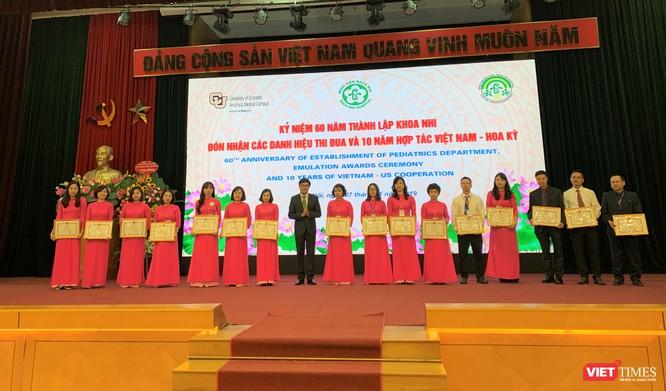 PGS.TS. Nguyễn Tuấn Hưng - Phó Vụ trưởng Vụ TCCB (Bộ Y tế) trao phần thưởng của Bộ Y tế cho các cá nhân xuất sắc
