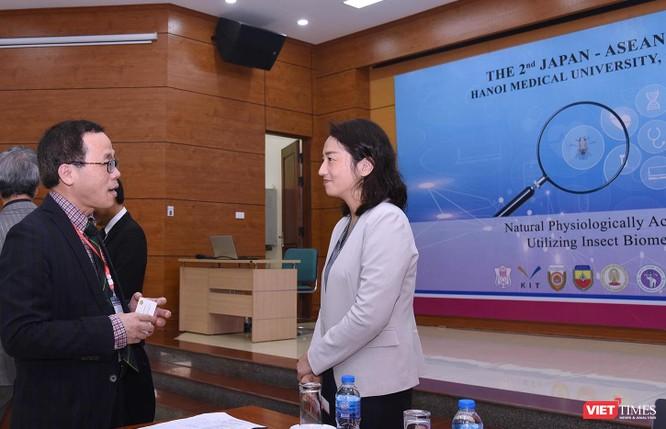 GS.TS. Tạ Thành Văn – Hiệu trưởng Trường Đại học Y Hà Nội trao đổi với bà Chuma Ai - Bí thư thứ 2 Đại sứ quán Nhật Bản tại Việt Nam tại hội thảo