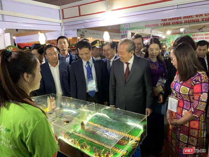 Phó Thủ tướng Thưòng trực Trương Hòa Bình tham quan các sản phẩm KH&CN của các nhà khoa học tại TechDemo 2019 tại Gia Lai