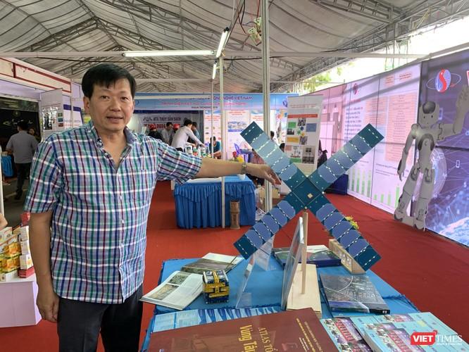 PGS.TS. Phan Tiến Dũng – Phó Ban ứng dụng và triển khai công nghệ (Viện Hàn lâm KH&CN Việt Nam) giới thiệu về mô hình vệ tinh do các nhà khoa học Việt Nam chế tạo sắp phóng vào vũ trụ