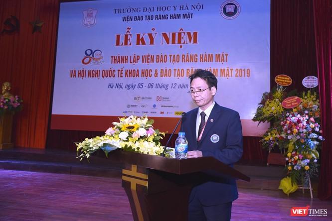 PGS.TS. Tống Minh Sơn – Viện trưởng Viện Đào tạo RHM báo cáo quá trình phát triển của Viện