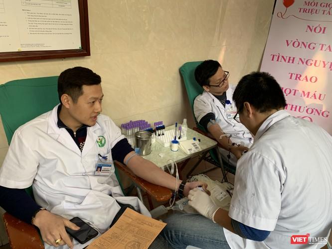 PGS.TS. Đoàn Quốc Hưng - Phó Hiệu trường Trường Đại học Y Hà Nội và các thầy thuốc của Bệnh viện Hữu nghị Việt Đức tham gia hiến máu phục