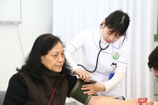 Các bác sĩ khám bệnh, giúp người dân phòng ngừa đột quị