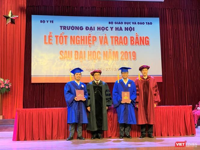 GS.TS. Tạ Thành Văn và lãnh đạo bộ môn trao Bằng tốt nghiệp cho các tân thạc sĩ người nước ngoài