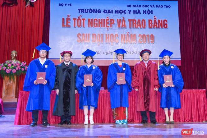 Các tân thạc sĩ được nhận Bằng theo nhóm 4 người một lần