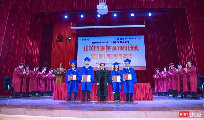 GS.TS. Tạ Thành Văn trao giấy khen cho các tân thạc sĩ xuất sắc nhất của các chuyên ngành