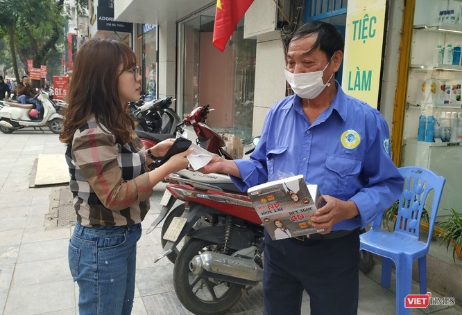 Bên cạnh nhiều cá nhân đầu cơ trục lợi, một số tổ chức, cửa hàng tại Hà Nội đã phát khẩu trang miễn phí cho người dân. Ảnh chụp tại số nhà 266 Bà Triệu (Hà Nội).