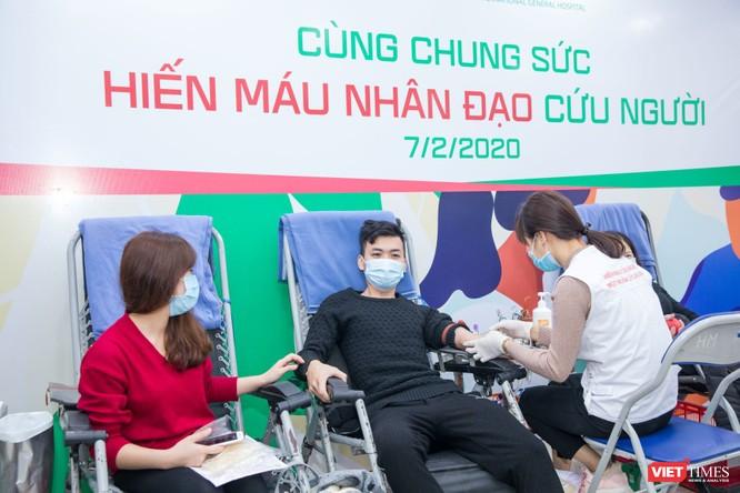 Rất nhiều người nhà bệnh nhân cũng đăng ký hiến máu cùng các thầy thuốc