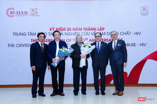 PGS.TS. Nguyễn Đức Hinh – Giám đốc Trung tâm Nghiên cứu và Đào tạo về Lạm dụng chất – HIV tặng hoa các thế hệ lãnh đạo Trung tâm