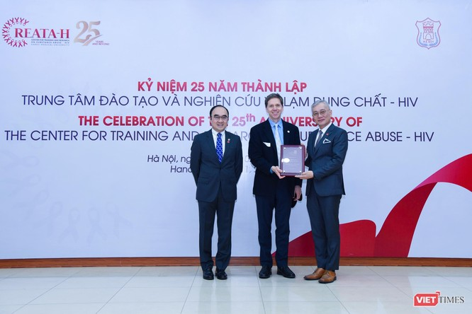 Đại diện các nhà khoa học quốc tế tặng quà lưu niệm cho Trung tâm