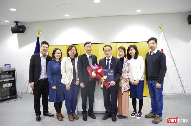 Các đồng nghiệp ở Nhật và các sinh viên Trường Đại học Y Hà Nội đang học tập và nghiên cứu tại Đại học Kanazawa chúc mừng GS. Tạ Thành Văn