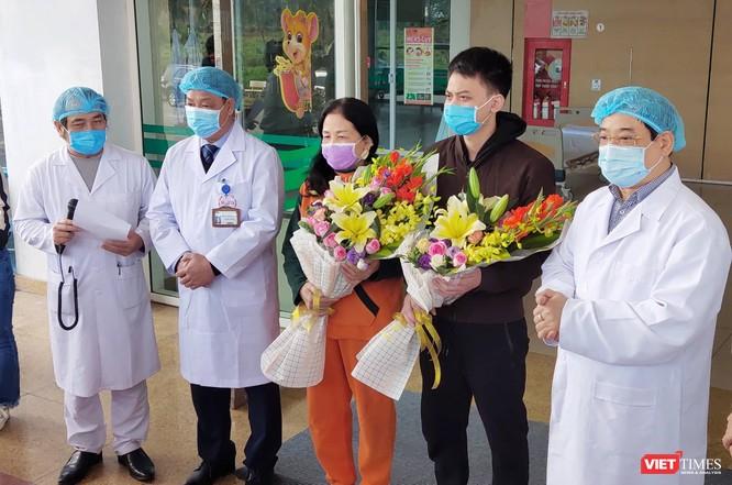 Thêm 2 bệnh nhân mắc COVID-19 được xuất viện tại Bệnh viện Bệnh Nhiệt đới Trung ương ảnh 1