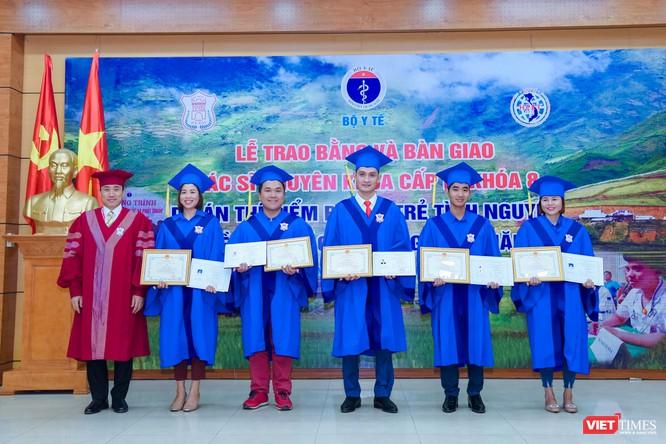 Đại diện Bộ Y tế và Trường Đại học Y Hà Nôị̣ trao Bằng chuyên khoa cấp 1 và chứng chỉ hành nghề cho các bác sĩ