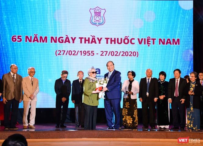 Bà Hồ Thị Lan - con gái GS. Hồ Đắc Di thay cha nhận kỷ niệm chương do Thủ tướng Nguyễn Xuân Phúc tặng
