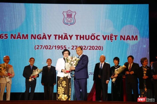 Thủ tướng Nguyễn Xuân Phúc dự lễ kỷ niệm Ngày thầy thuốc Việt Nam và tôn vinh các thế hệ trí thức tiêu biểu của Trường Đại học Y Hà Nội ảnh 8