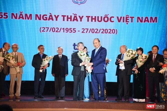 Thủ tướng Nguyễn Xuân Phúc dự lễ kỷ niệm Ngày thầy thuốc Việt Nam và tôn vinh các thế hệ trí thức tiêu biểu của Trường Đại học Y Hà Nội ảnh 6