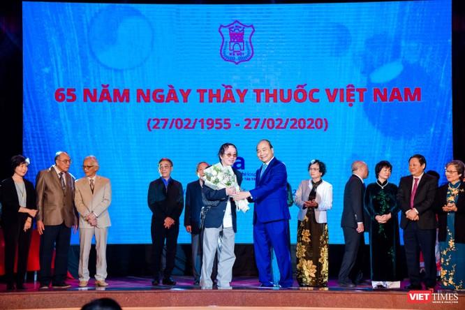 Thủ tướng Nguyễn Xuân Phúc dự lễ kỷ niệm Ngày thầy thuốc Việt Nam và tôn vinh các thế hệ trí thức tiêu biểu của Trường Đại học Y Hà Nội ảnh 5