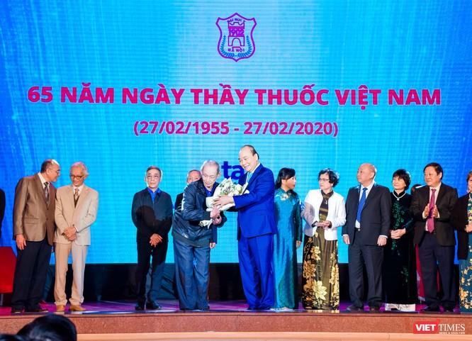 Thủ tướng Nguyễn Xuân Phúc dự lễ kỷ niệm Ngày thầy thuốc Việt Nam và tôn vinh các thế hệ trí thức tiêu biểu của Trường Đại học Y Hà Nội ảnh 4