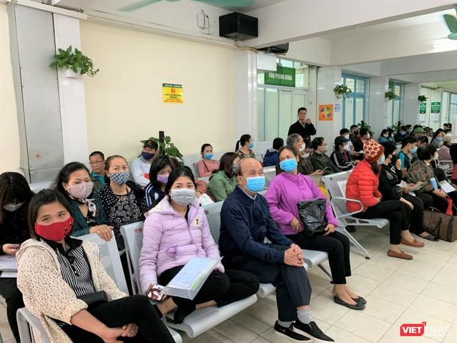 Từ sáng sớm, rất đông người dân đã đến để được các chuyên gia khám và tư vấn miễn phí, nhằm phát hiện các bệnh về thận