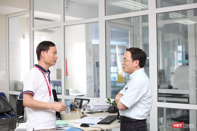 GS. TS. Tạ Thành Văn và PGS.TS. Trần Huy Thịnh tại Trung tâm kiểm chuẩn chất lượng xét nghiệm y học của Trường Đại học Y Hà Nội