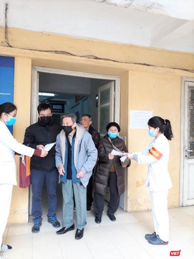 Tiếp đón và phân luồng bệnh nhân từ khu vực phòng khám ở BV Hữu Nghị