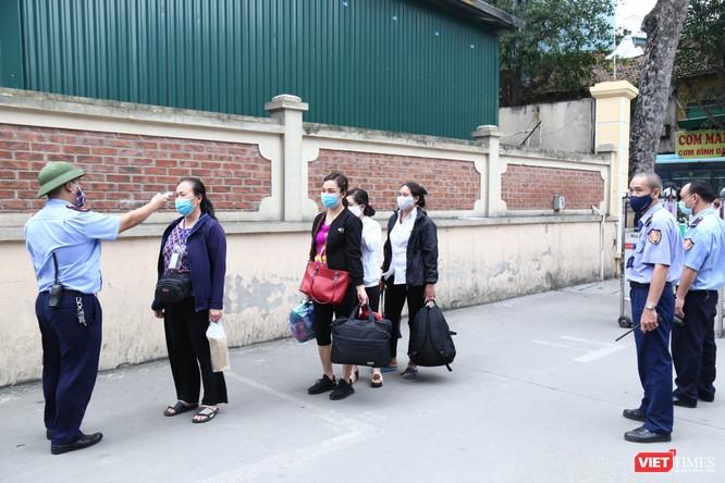 Các bệnh viện tổ chức đo thân nhiệt để phát hiện người có dấu hiệu bị bệnh viêm đường hô hấp cấp (ảnh: Nguyễn Hương)