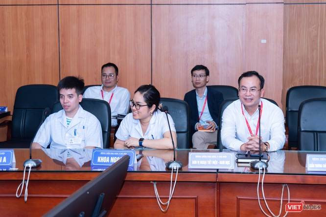 GS. Tạ Thành Văn đã có buổi gặp gỡ các cán bộ tham gia công tác lấy mẫu và xét nghiệm COVID-19 để động viên và trao đổi rút kinh nghiệm