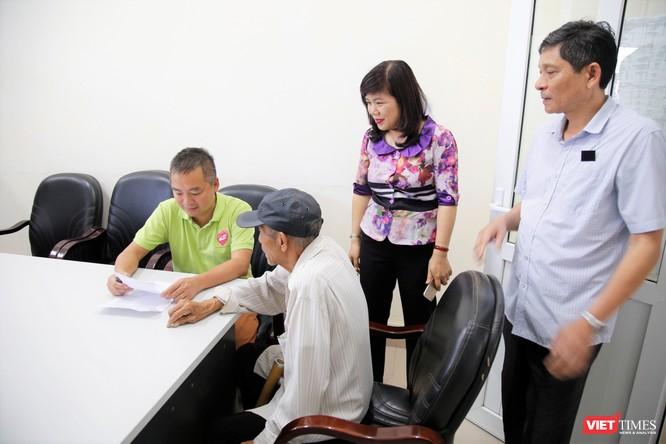 PGS.TS. Nguyễn Lân Hiếu - Giám đốc Bệnh viện Đại học Y Hà Nội khám bệnh cho bà con trước mùa dịch COVID-19