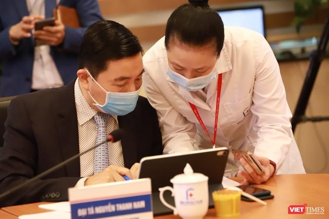 Các bác sĩ tham gia khám, chữa bệnh từ xa tại điểm cầu Bệnh viện Đại học Y Hà Nội