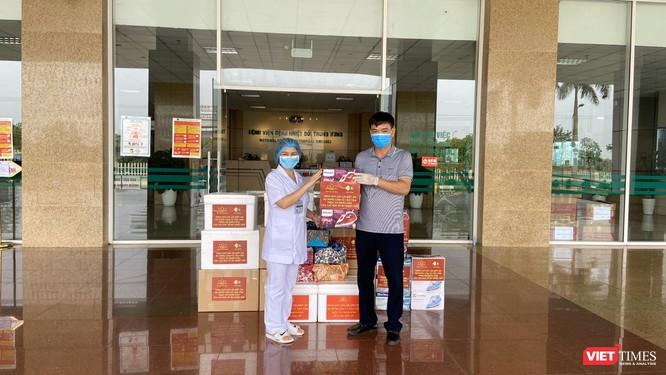 Đại diện bác sĩ tại Bệnh viện Bệnh Nhiệt đới Trung ương nhận quà tặng