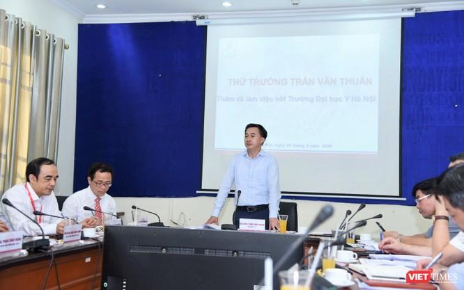 Thứ trưởng Trần Văn Thuấn đánh giá cao nỗ lực của thầy và trò Trường Đại học Y Hà Nội thời gian qua