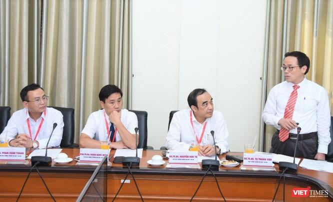 Ban Giám hiệu Trường Đại học Y Hà Nội tại buổi làm việc với Thứ trưởng Bộ Y tế