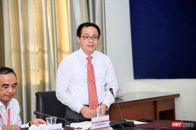 GS. Tạ Thành Văn – Hiệu trưởng Trường Đại học Y Hà Nội báo cáo kết quả hoạt động của nhà trường với Thứ trưởng Bộ Y tế
