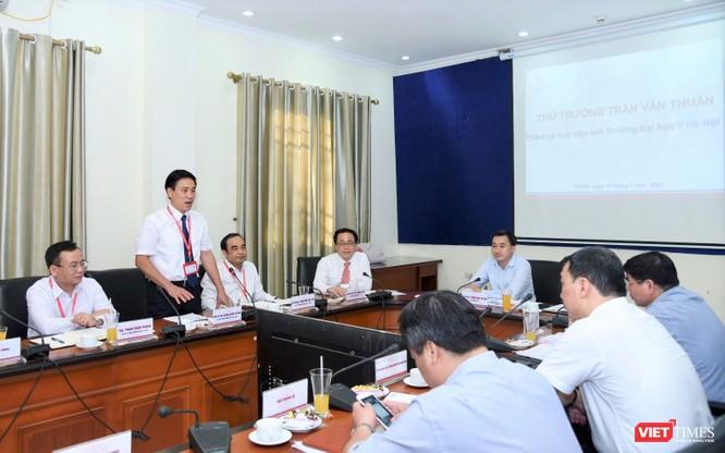 PGS.TS. Đoàn Quốc Hưng - Phó Hiệu trưởng Trường Đại học Y Hà Nội báo cáo tình hình hoạt động sau đại học của trường