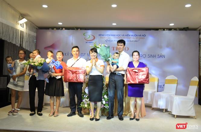 Bệnh viện trao quà cho các gia đình thụ tinh trong ống nghiệm thành công