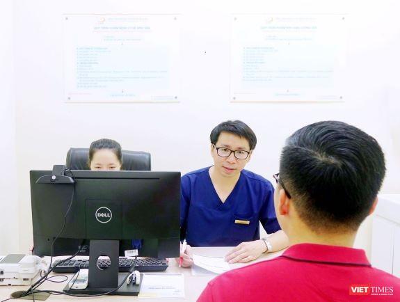 Ths. Đinh Hữu Việt - Trưởng Khoa Ngoại -Tiết niệu và Nam học tư vấn cho bệnh nhân hiếm muộn