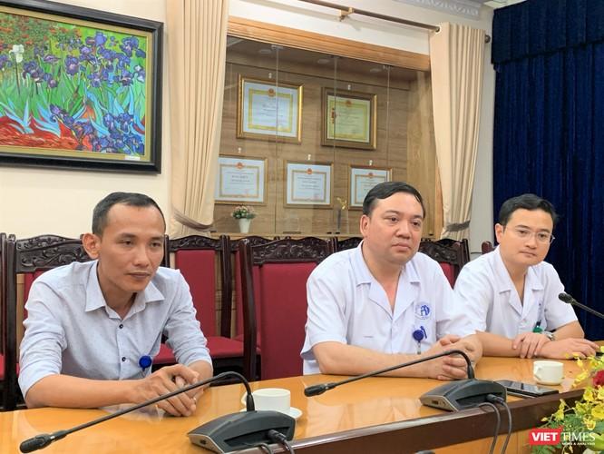 Ths. Thái Bằng Giang (ở giữa) chia sẻ về tình hình sức khỏe của cháu bé