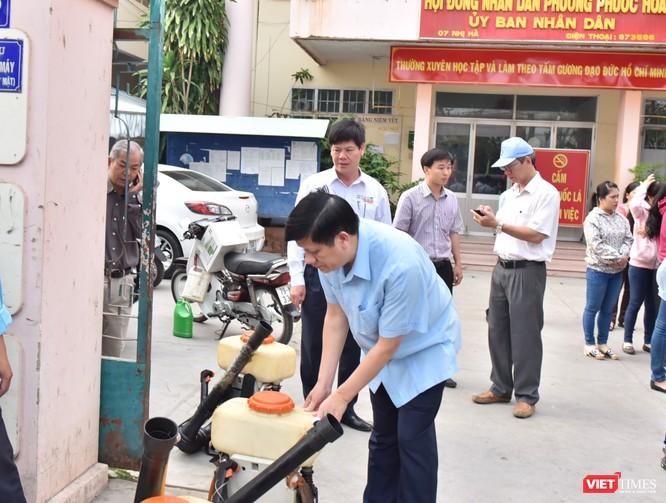 Quyền Bộ trưởng Bộ Y tế Nguyễn Thanh Long (áo xanh) trong chiến dịch phòng, chống Zika ở Khánh Hòa