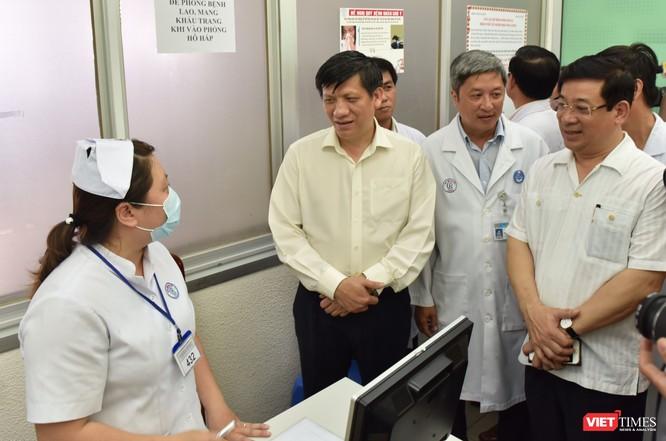 Quyền Bộ trưởng Bộ Y tế Nguyễn Thanh Long (áo vàng nhạt) trong một lần kiểm tra công tác phòng dịch Mers-Cov ở BV Chợ Rẫy