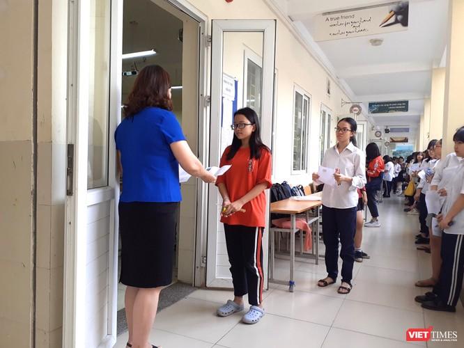 Kiểm tra trước giờ vào phòng thi (ảnh: Minh Thúy)