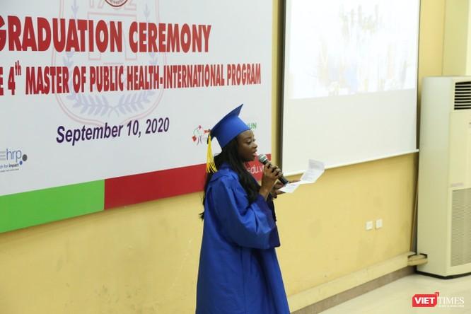 Tân thạc sĩ quốc tế bày tỏ cảm ơn với các thầy cô giáo ở Trường ĐHYHN